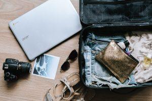 Préparation d'une valise pour un départ en vacances à l'île de la Réunion